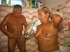 foto-molodie-poryatsya-s-pozhilimi-video-za-stolom-bez-trusov